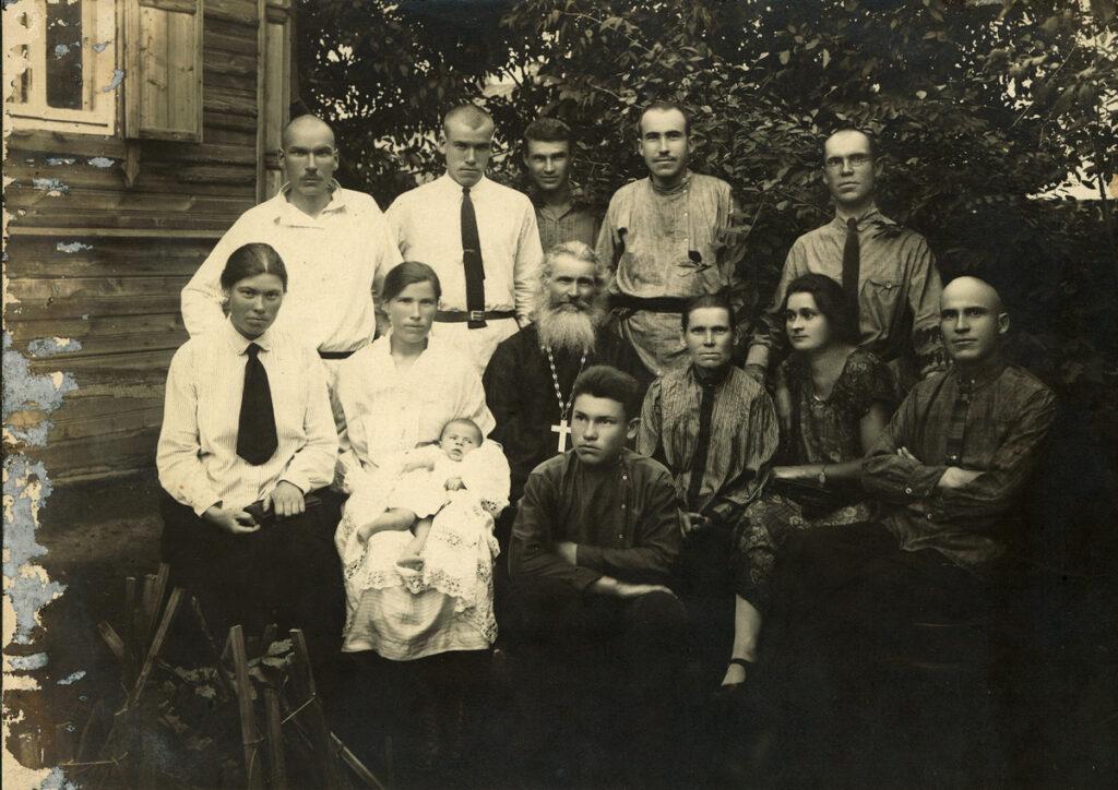 Митрофорный протоиерей Лев Архангельский с супругой Анной Ивановной, детьми и близкими