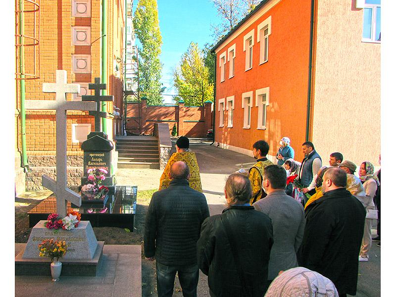 pamyatnik-otsa-lazarya-4
